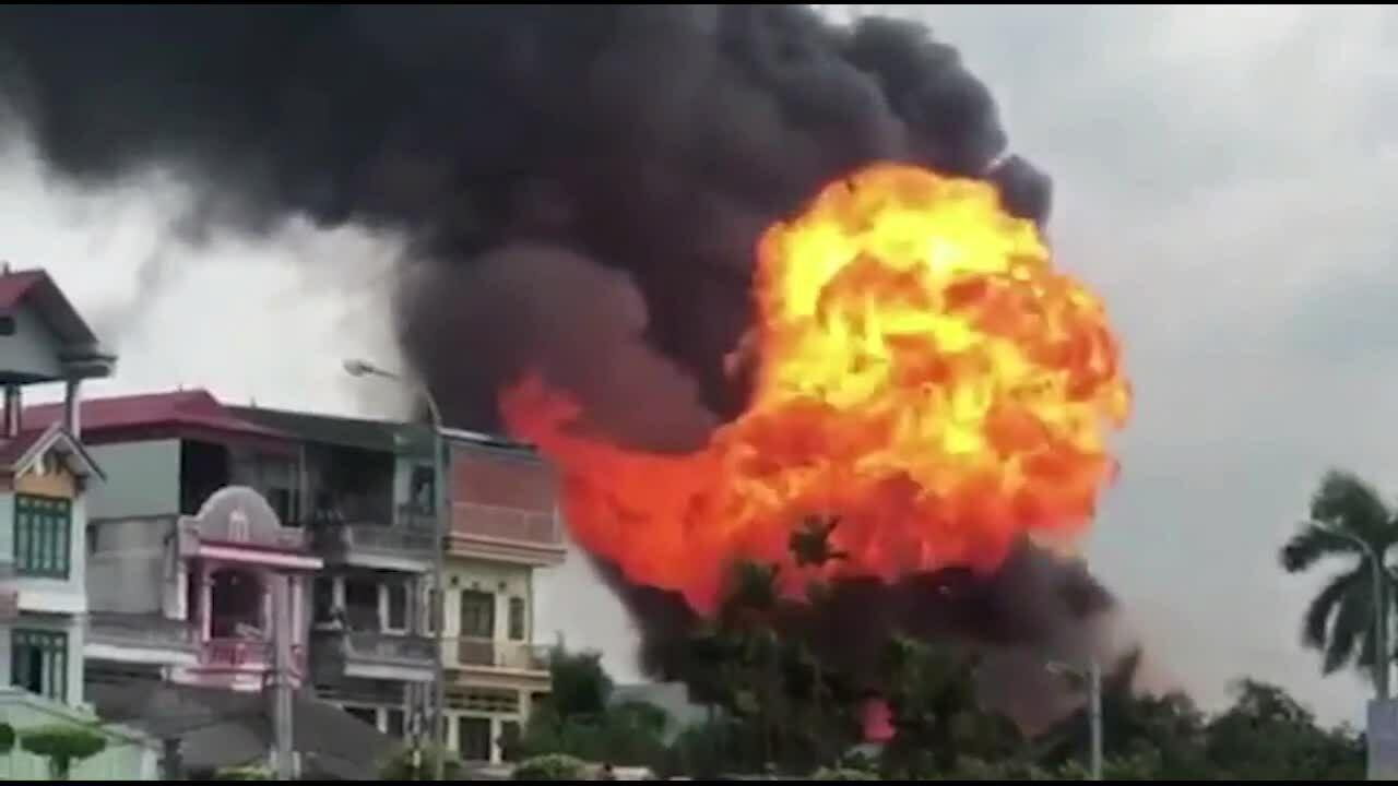 Cháy kho hóa chất ở Long Biên