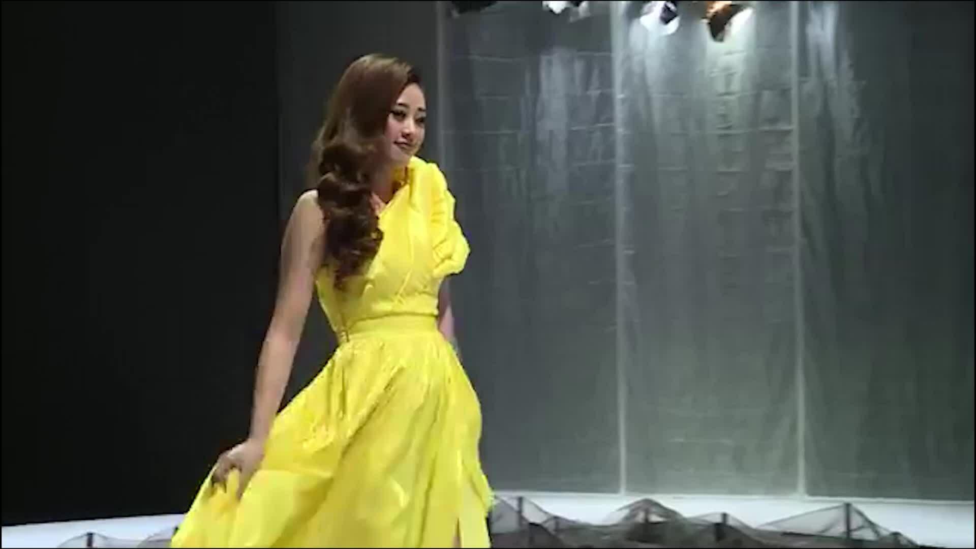 Hoa hậu Khánh Vân catwalk cùng con gái Xuân Lan