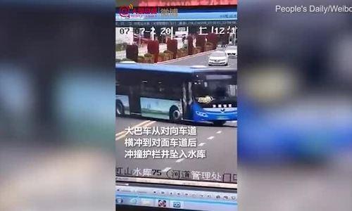 Xe buýt chở thí sinh đại học đâm xuống sông, ít nhất 21 người chết