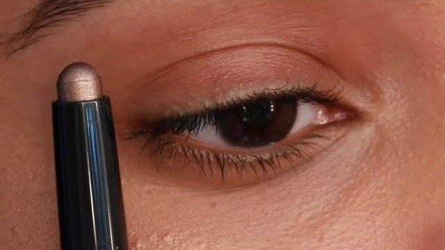 Trang điểm mắt lấp lánh cho buổi hẹn hò cuối tuần.