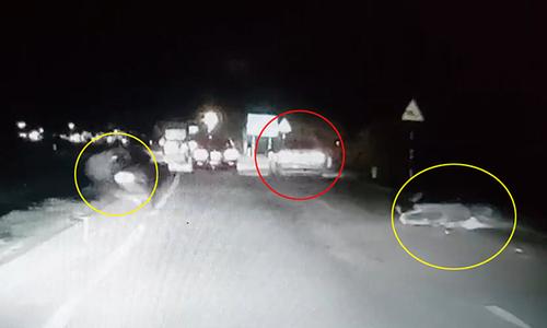 Ôtô húc văng hai người đi xe máy rồi bỏ chạy