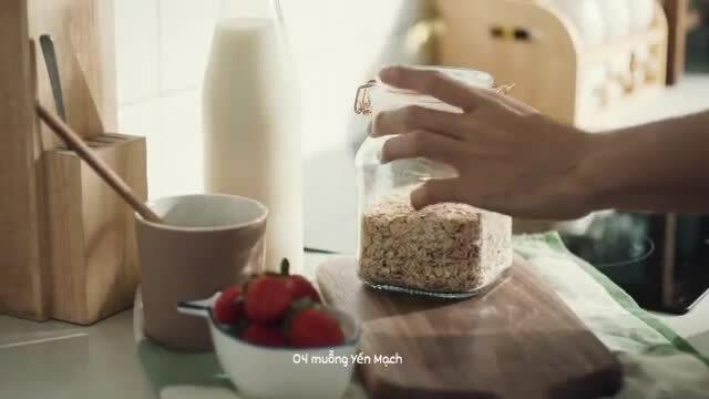 Jun Phạm làm yến mạch ăn sáng