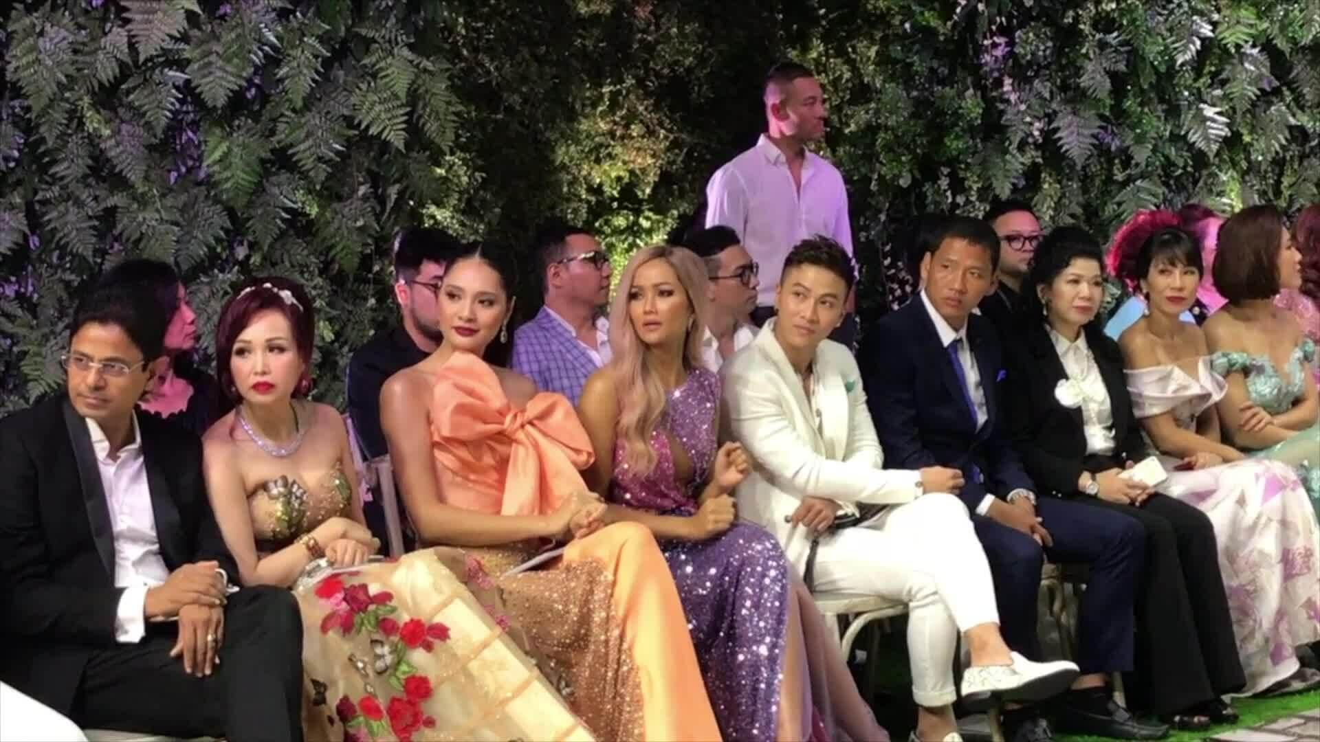 Hoa hậu H'Hen nhún nhẩy khi ngồi xem catwalk