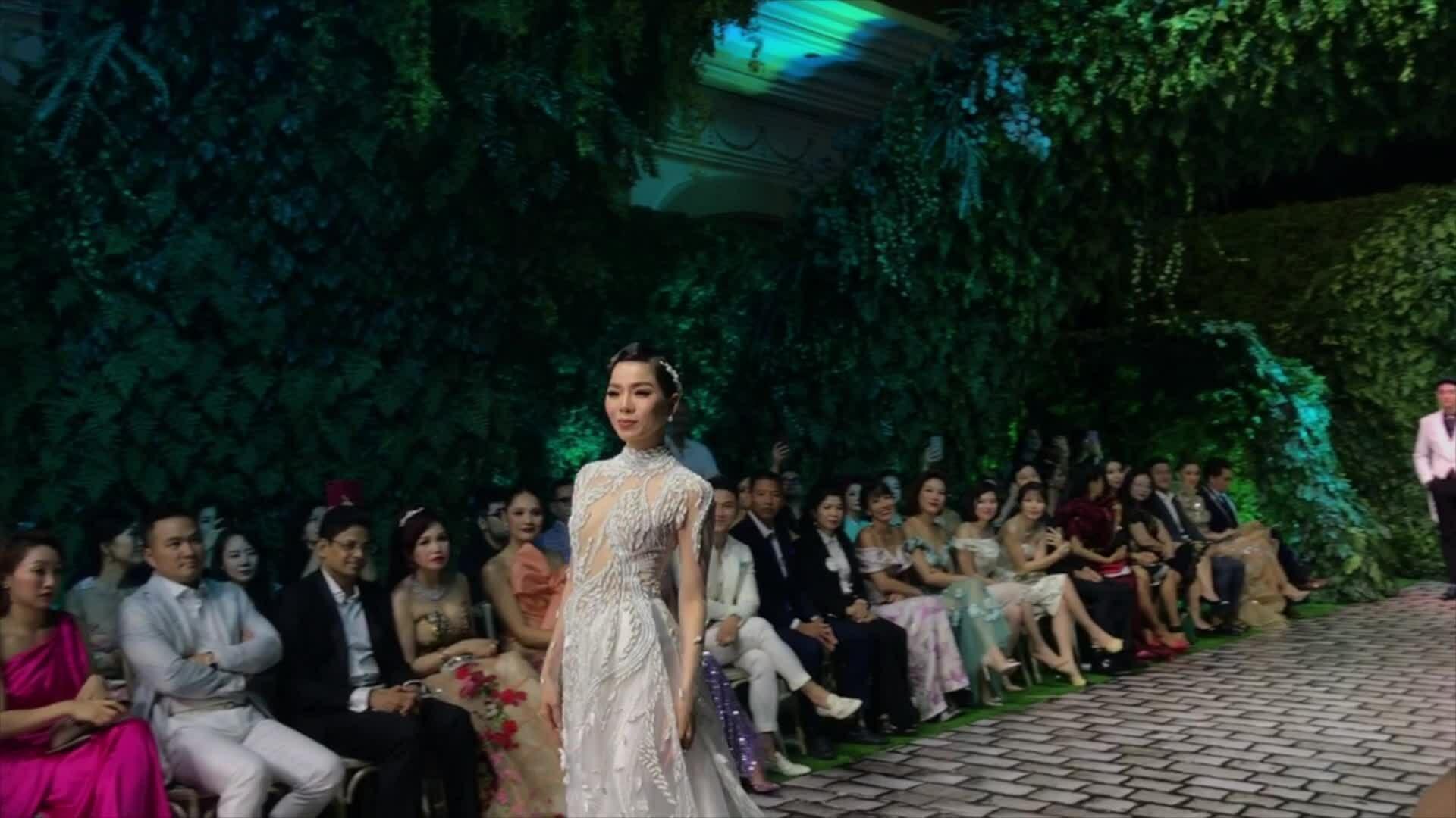 Lệ Quyên diễn thời trang với nhạc bolero