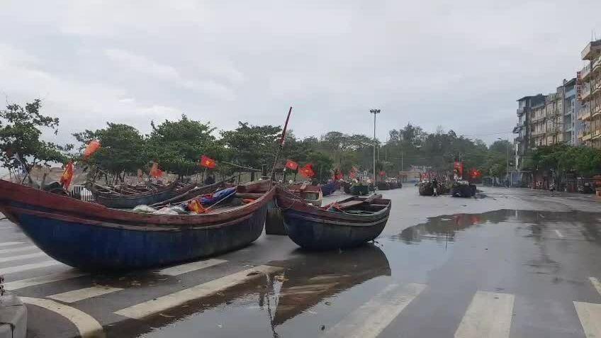 Đưa thuyền bè lên đường tránh bão Sinlaku [02/08 - 10:31]