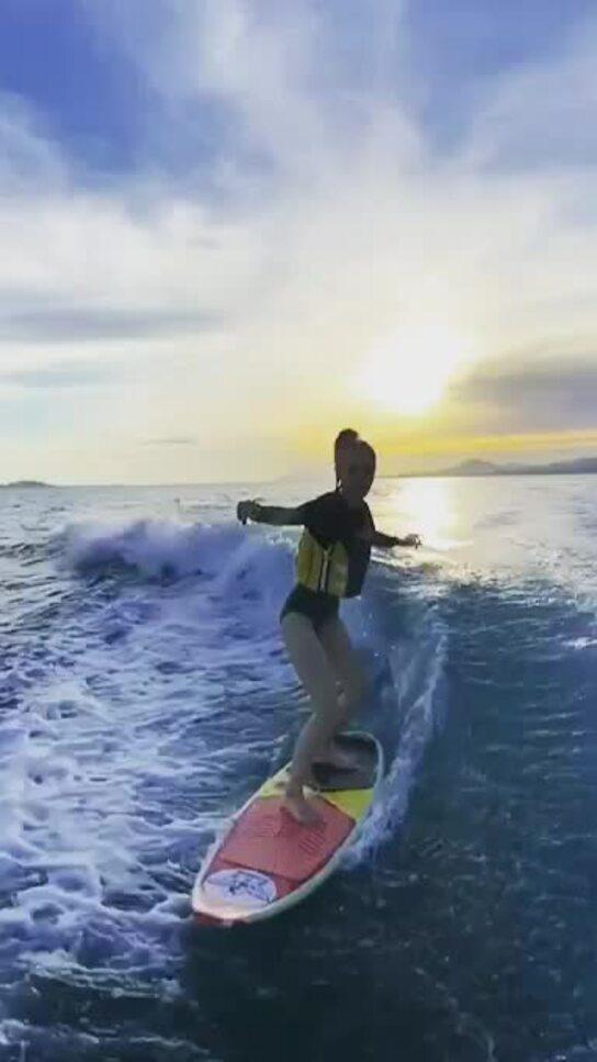 Angelababy trổ tài lướt sóng