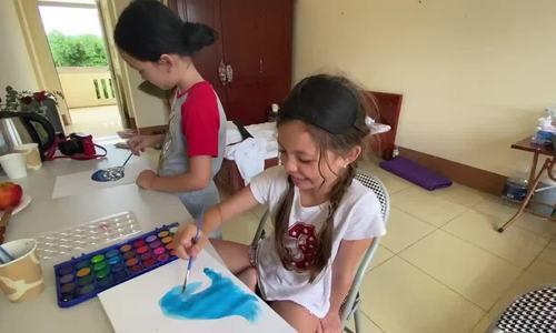 Các con Hồng Nhung vẽ tranh, tập yoga ở khu cách ly