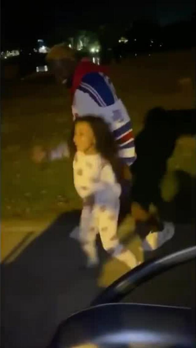"""Kanye West và con gái quay video """"ra khỏi xe và nhảy"""""""