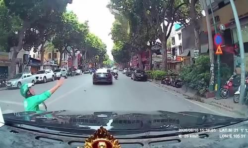 Vượt đèn đỏ, tài xế Grab bị ôtô tông ngã văng