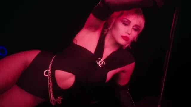 """Một đoạn MV mới """"Midnight Sky"""" của Miley Cyrus"""