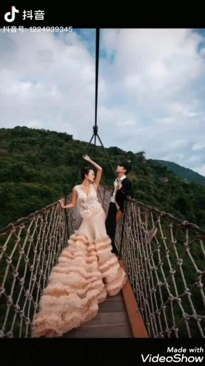 Nhiếp ảnh gia giả vờ làm cô dâu bên chú rể