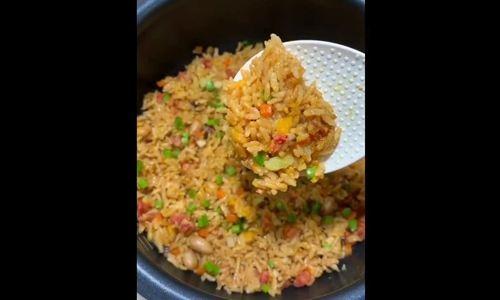 Nấu cơm chiên dương châu bằng nồi cơm điện