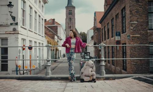 Liz Kim Cương ôm thỏ bông đi khắp châu Âu