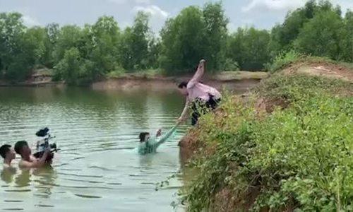 Phương Thanh ngâm mình dưới sông 2 tiếng