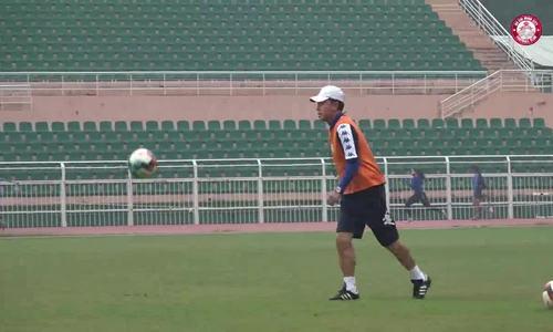 HLV Chung Hae-seong trổ tài tâng bóng