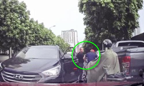 Tài xế ôtô hành hung khi bị nhắc nhờ vì lấn làn