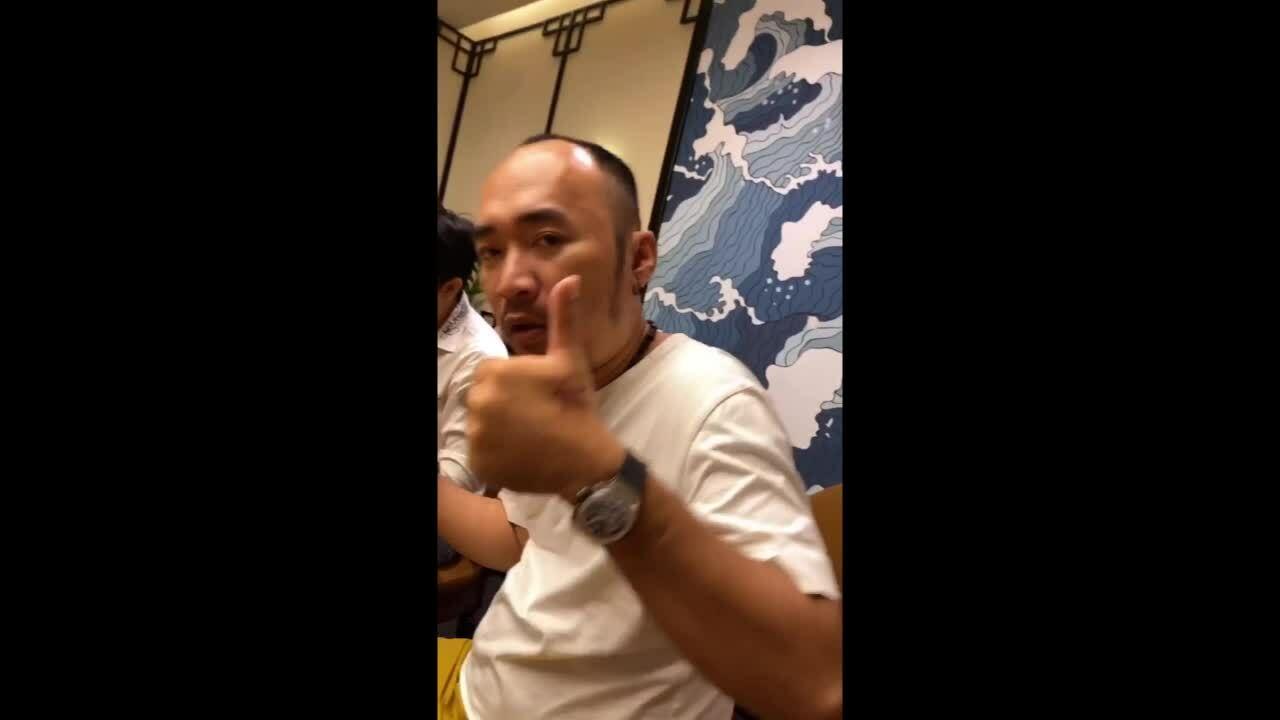 Vợ chồng Thu Trang thưởng thức vịt quay Bắc Kinh