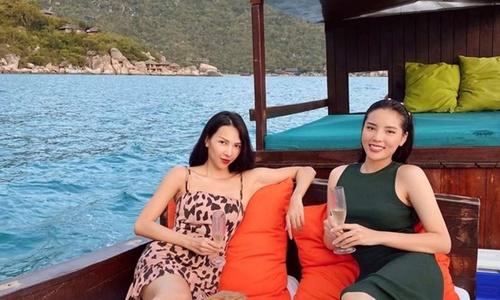 Kỳ Duyên, Minh Triệu 'chill' trên thuyền gỗ giữa biển