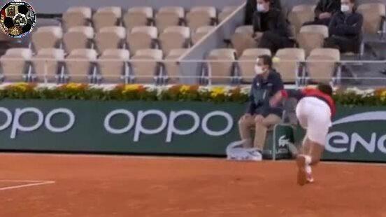 Djokovic đánh bóng vào mặt trọng tài dây