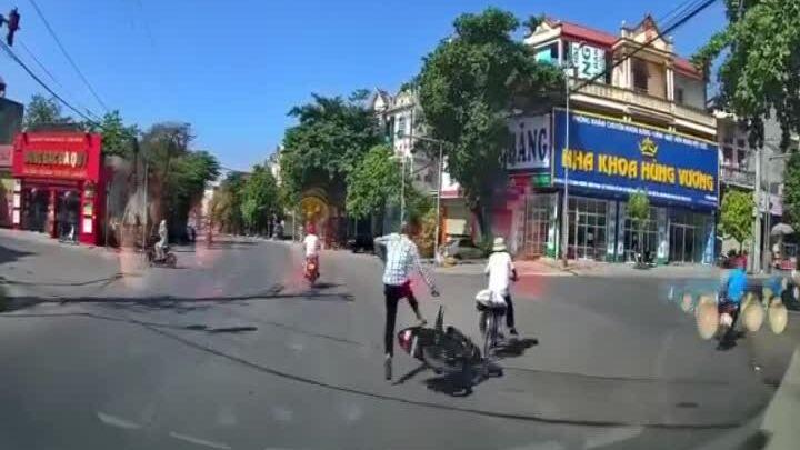 Xe đạp tạt đầu xe máy, bỏ chạy sau va chạm