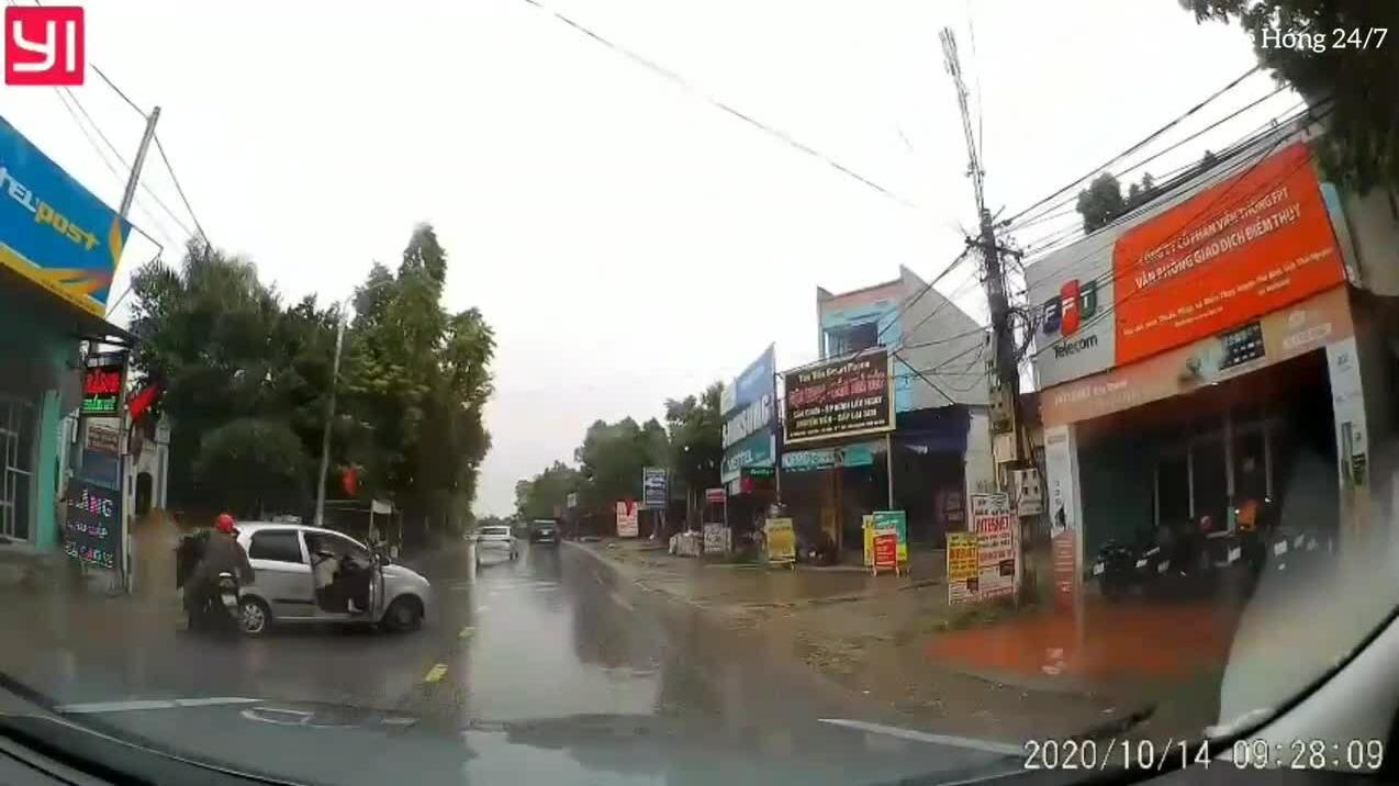 Ôtô tự trôi tông ngã người đi đường