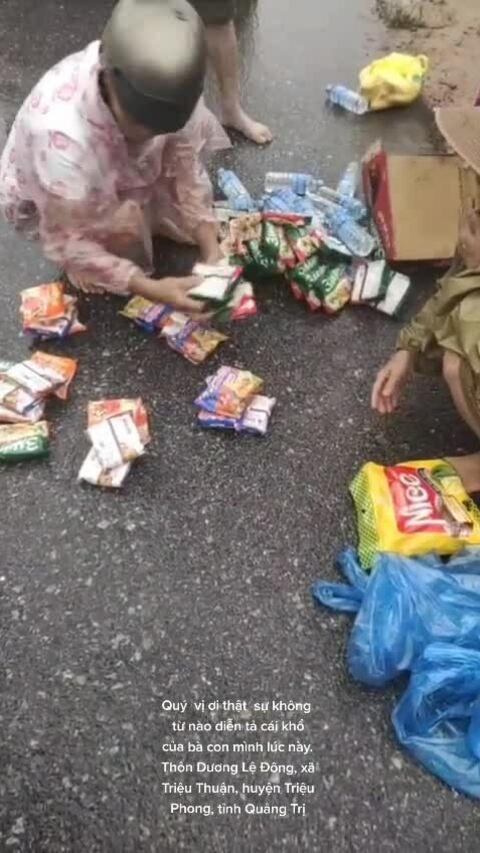 Người miền Trung chia nhau thùng mì cứu trợ