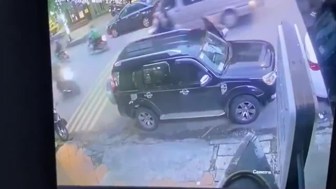Ôtô mở cửa bất cẩn gây tai nạn