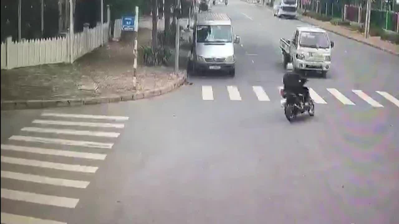 Vào cua ẩu, người đàn ông tông trực diện ôtô