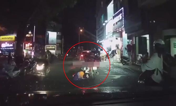 Bé trai rơi từ xe xuống đường suýt bị ôtô tông