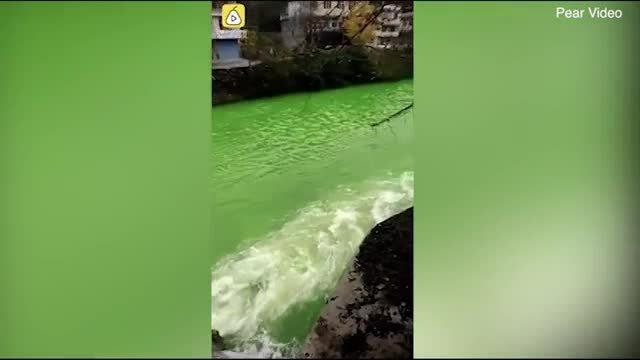 Nước sông chuyển màu xanh chỉ sau một đêm