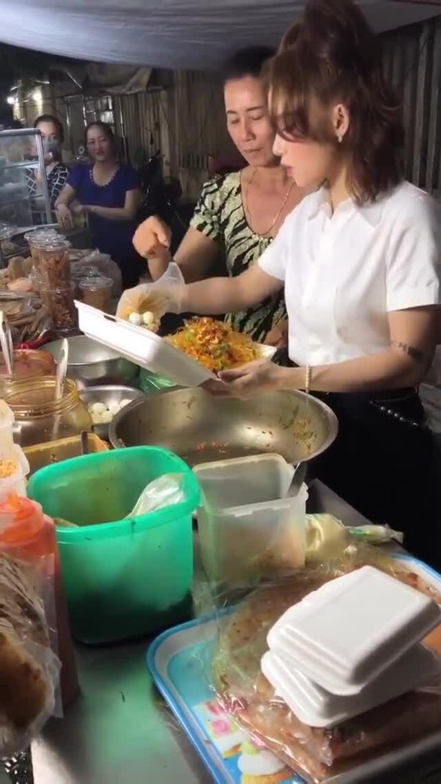 Tiệm bánh tráng trộn bờ kè Miu Lê