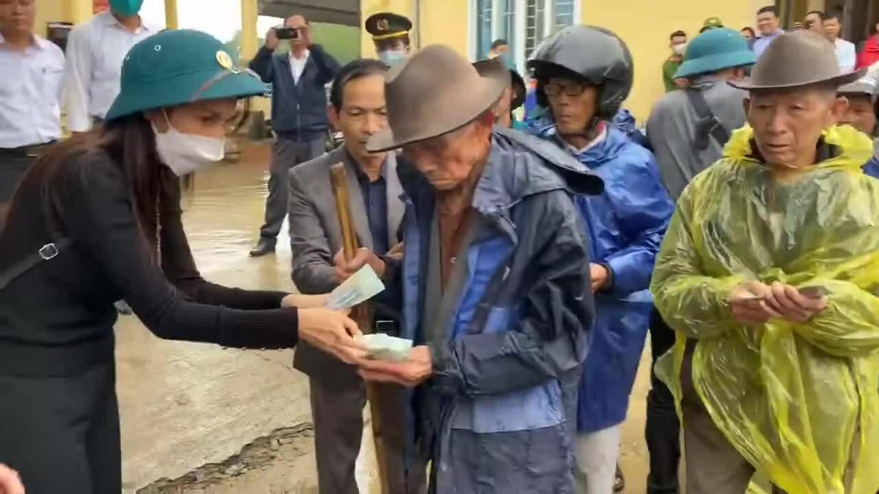 Thủy Tiên tổn thương vì bị anti-fan công kích lúc đi cứu trợ