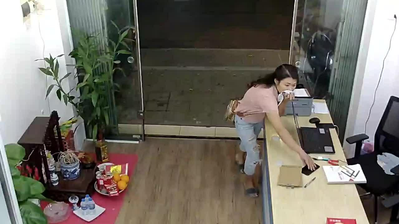 Cô gái che mặt trộm điện thoại