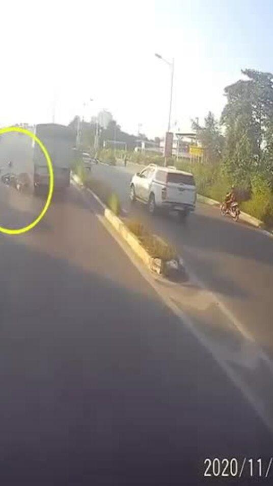 Xe tải tông văng thanh niên chạy ngược chiều trên cầu vượt