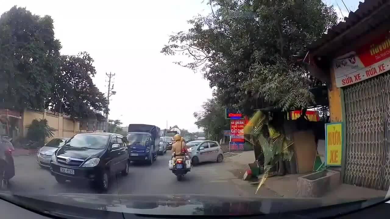 Lấn làn thoát hàng dài xe ùn tắc, ôtô bị CSGT xử phạt