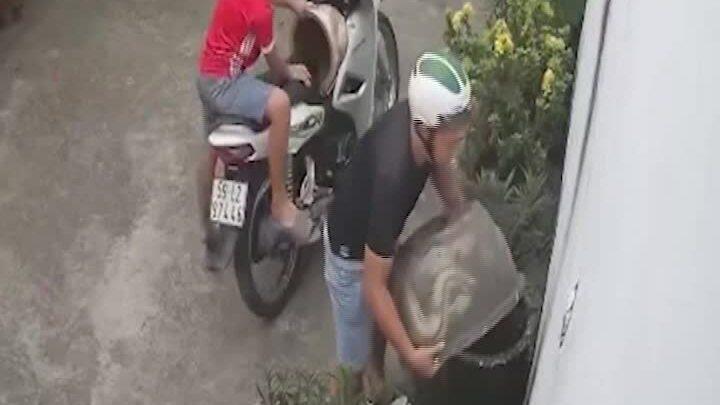Người đàn ông dẫn trẻ nhỏ đi trộm chậu cây cảnh