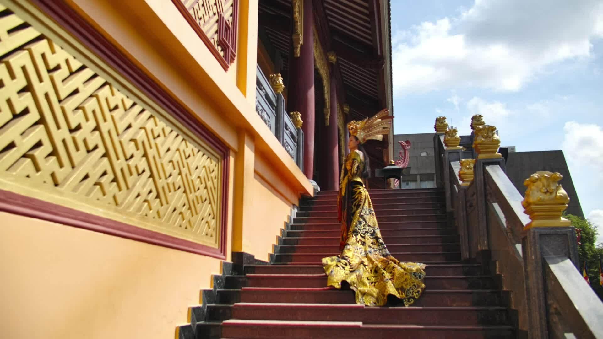 Thái Thị Hoa đoạt giải quốc phục tại Hoa hậu Trái đất