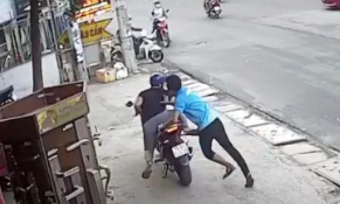 Kẻ trộm xe máy bị người dân vây bắt