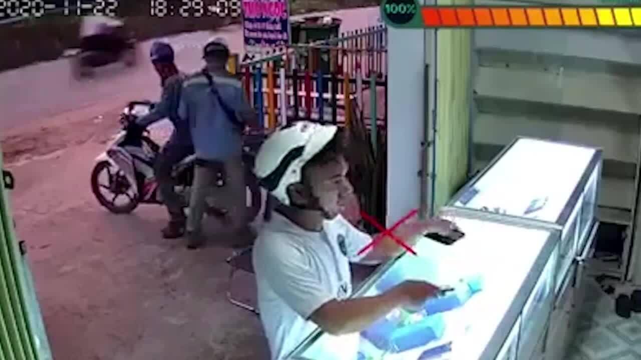 Người đàn ông nhanh tay trộm ví của khách để quên