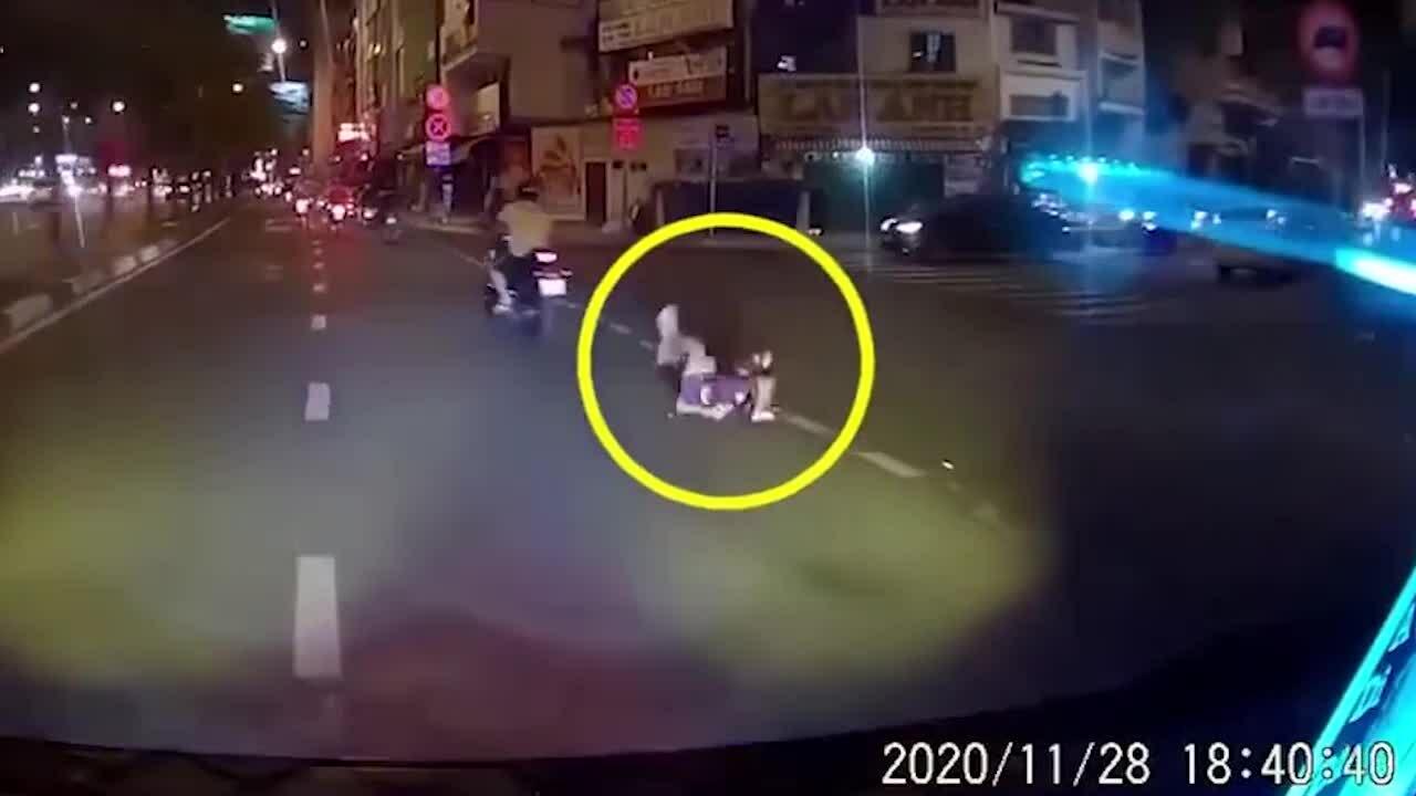 Bố đánh rơi con xuống đường nhưng không hay biết