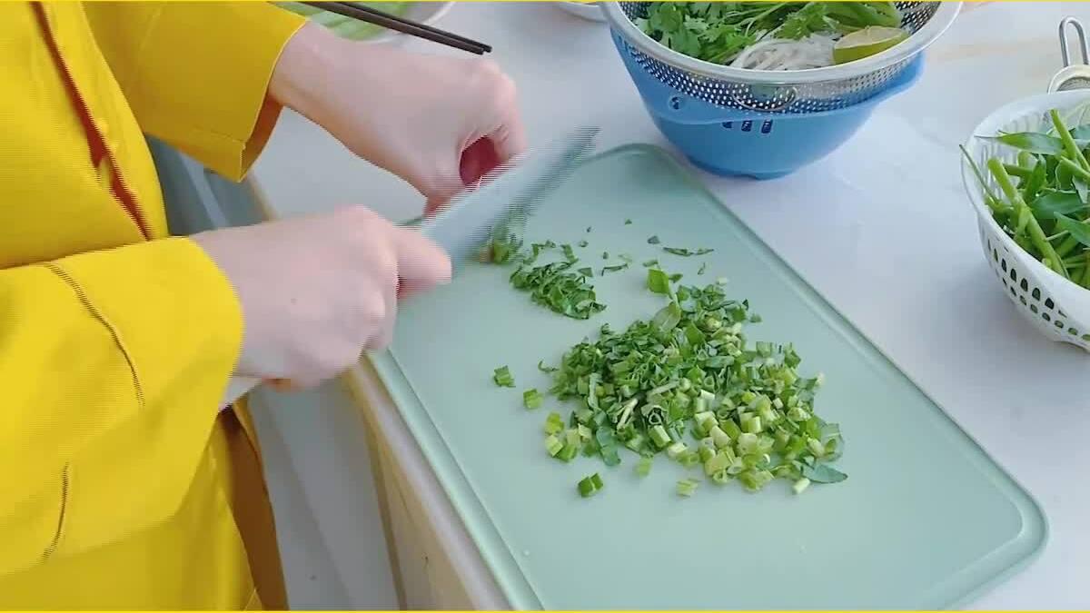 Thuỷ Tiên nấu canh cho Công Vinh ăn