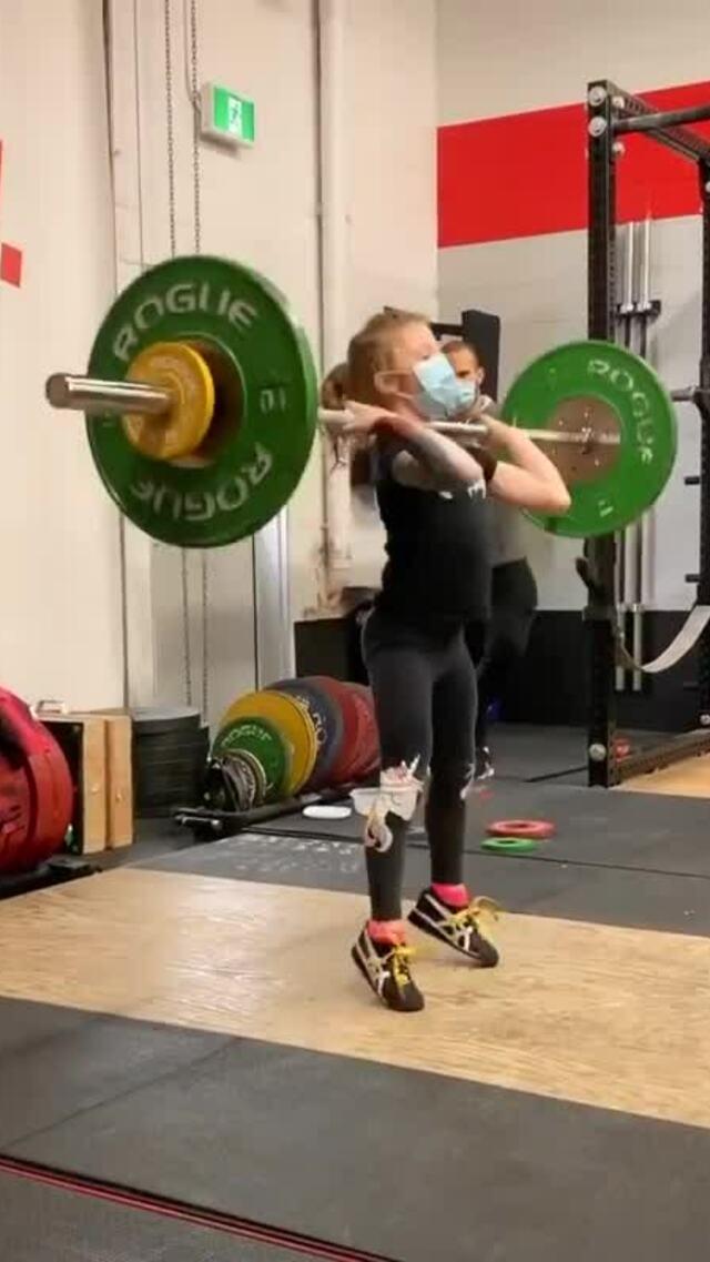 Bé gái 7 tuổi nâng tạ 80 kg