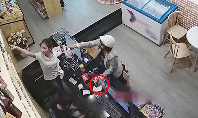 Nữ quái trộm hai điện thoại trước mặt hai nhân viên bán hàng