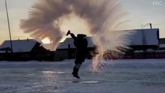 Nước sôi đóng băng trong không khí giữa trời 44 độ C