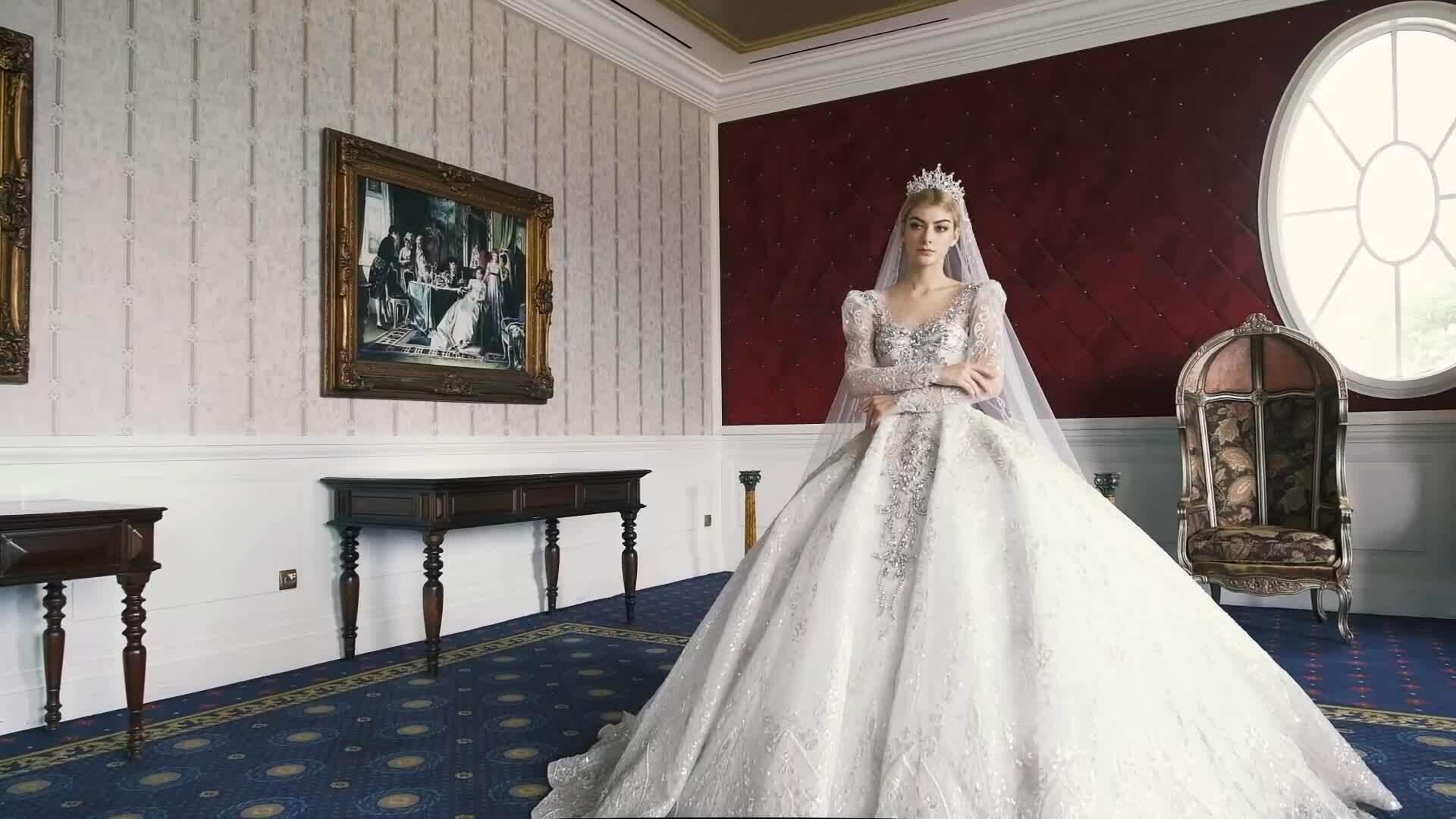 Váy cưới phong cách hoàng gia