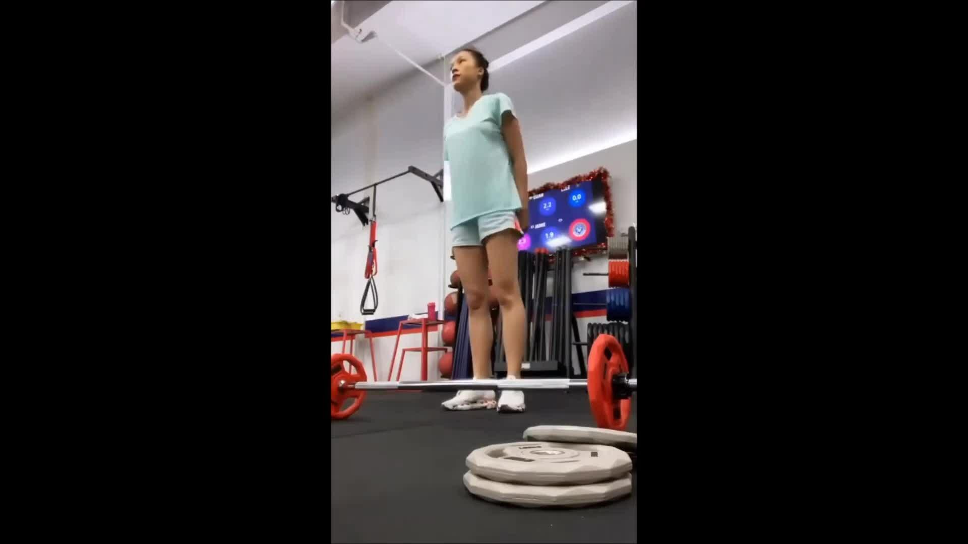 MC Hoàng Oanh tập gym lấy lại dáng sau sinh