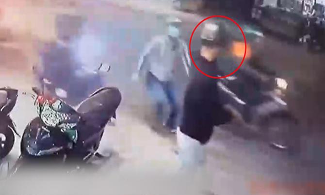 Rình rập trộm xe máy, thanh niên bị người đi đường vây bắt
