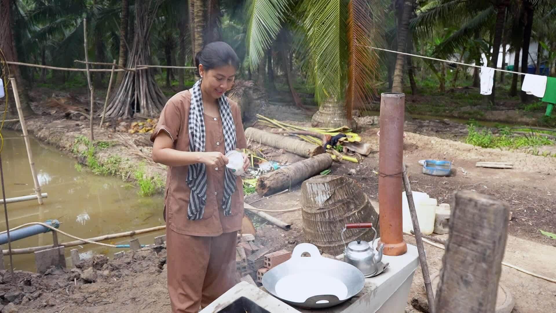 Kim Thư về Bến Tre học làm bánh lá dừa