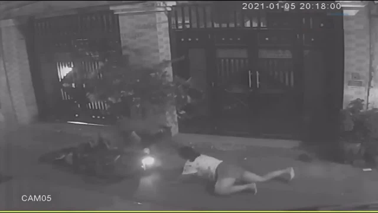 Kẻ cướp điện thoại bị đánh bầm dập