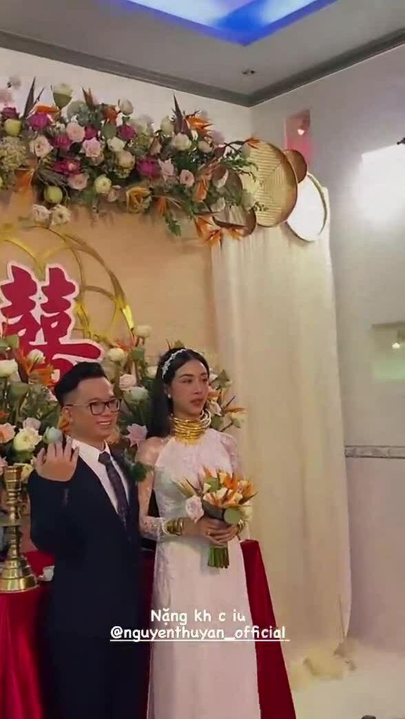 Á hậu Thúy An đeo vàng kín người trong đám cưới